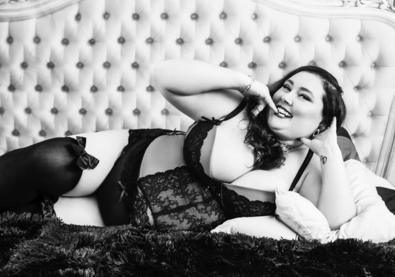 cheeky boudoir photography shoot for plus size